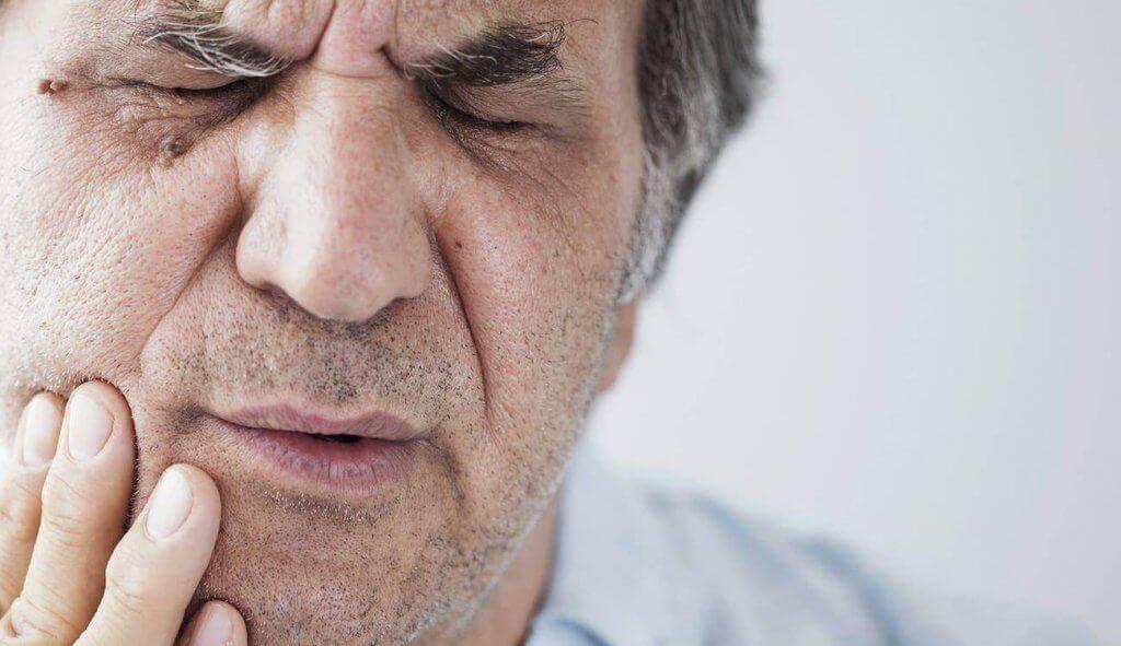 נפיחות בחניכיים בגיל מבוגר: מה פשר התופעה?