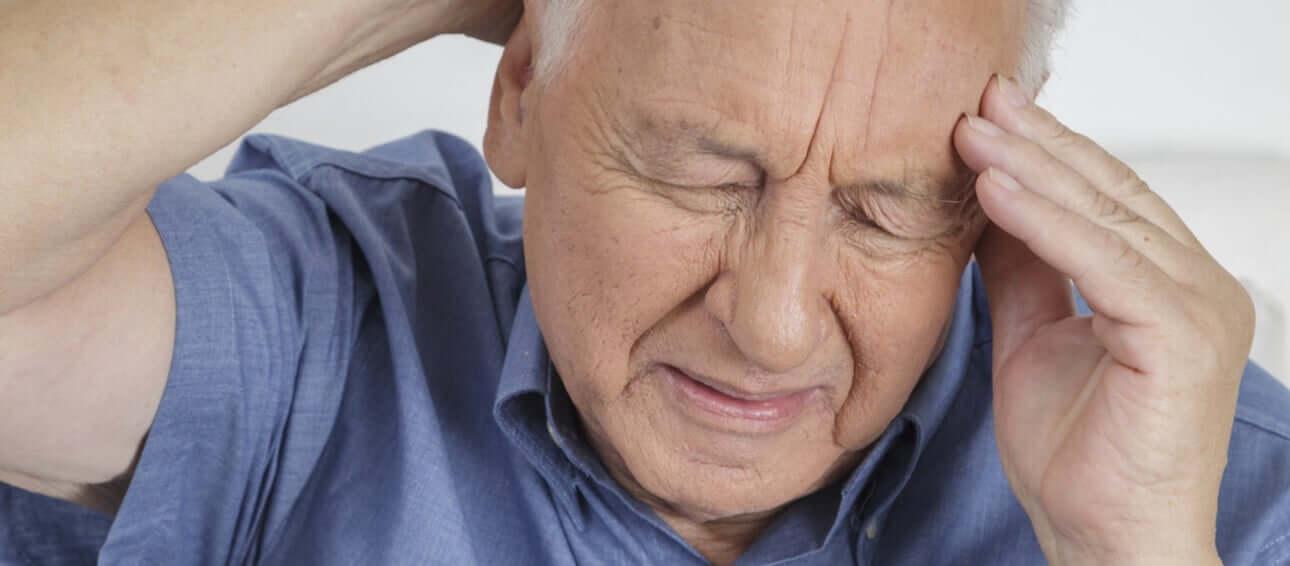 אדם מבוגר הסובל מכאב ראש